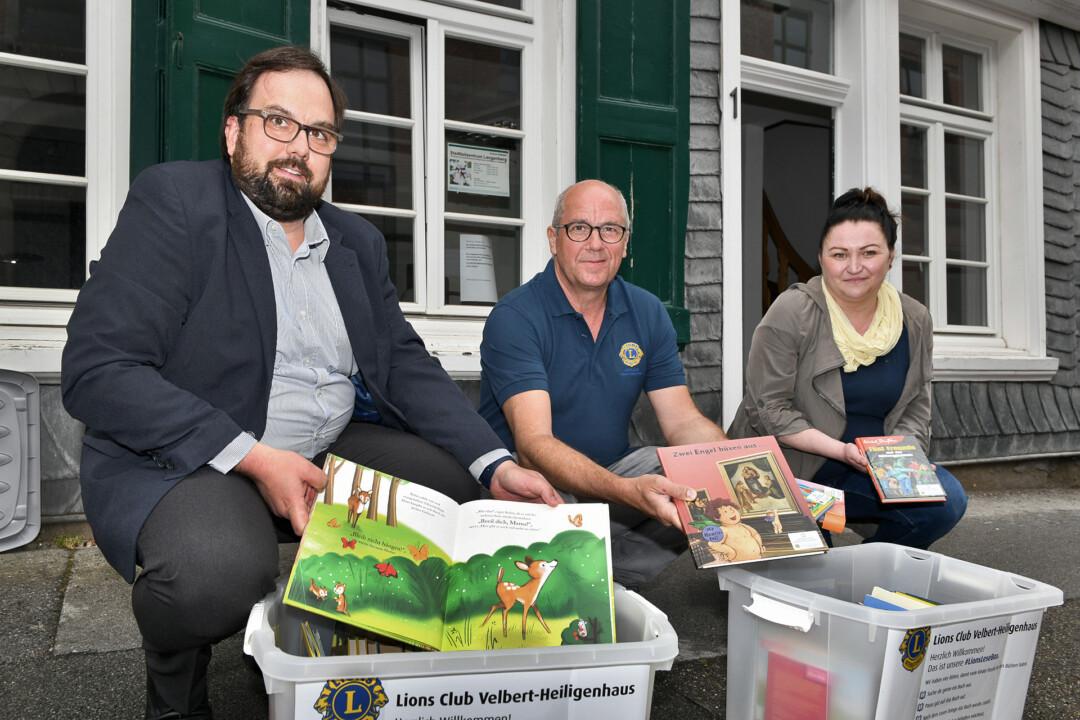 Die Lions Tristan Fliesberg und Martin Bürgener haben die ersten zwei Boxen für die Stadtteilzentren Langenberg und Neviges, vertreten durch Mareike Bierig, übergeben. Foto: Mathias Kehren