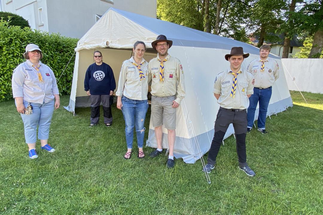 Stammleiter Marcel Koch (Mitte) präsentiert gemeinsam mit seiner Frau Constanze und einigen Pfadfinder-Freunden das neue Küchenzelt. Foto: privat