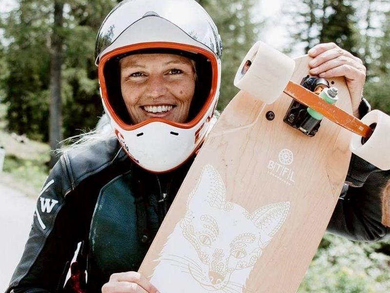 Skateboarderin Dina bringt Boards zum Ausprobieren zum Workshop mit. Foto: Privat
