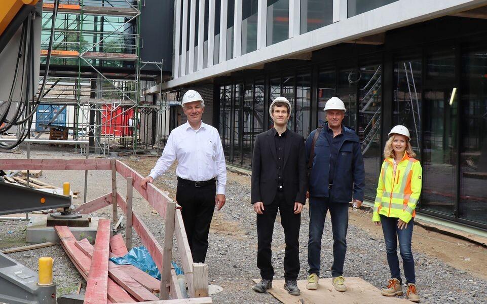 Bürgermeister Klaus Pesch an der Baustelle mit Carsten Saggau vom Büro SSP sowie die städtischen Projektleiter Ralf Kronenberger und Judith Jablonowski. Foto: Stadt Ratingen
