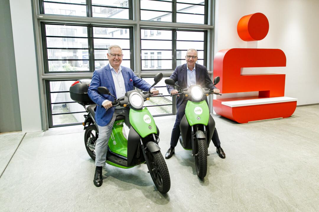 Treiben mit ihren Unternehmen die E-Mobilität in Düsseldorf voran: Stadtwerkevorstand Manfred Abrahams (links) und Stadtsparkassenvorstand Dr. Michael Meyer. Foto: Ulrik Eichentopf.