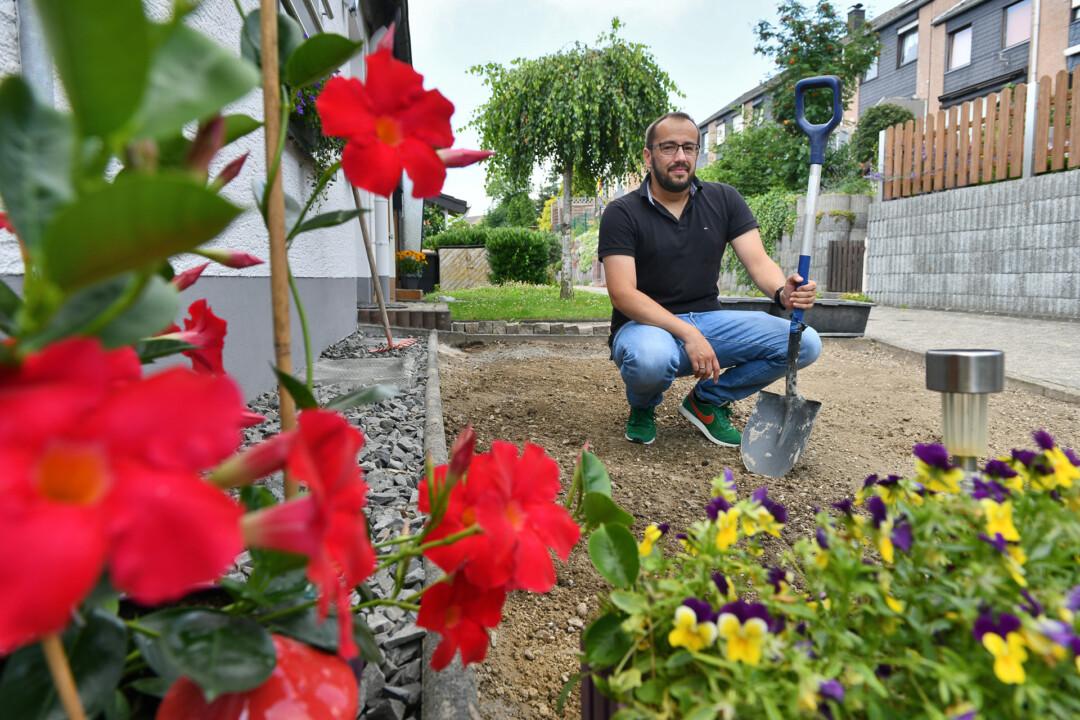 Noch blühen die Pflanzen nur in Nachbars Garten. Das soll sich aber bald ändern, wenn Stephan Petri mit der Bepflanzung seines Vorgartens beginnt. Foto: Mathias Kehren