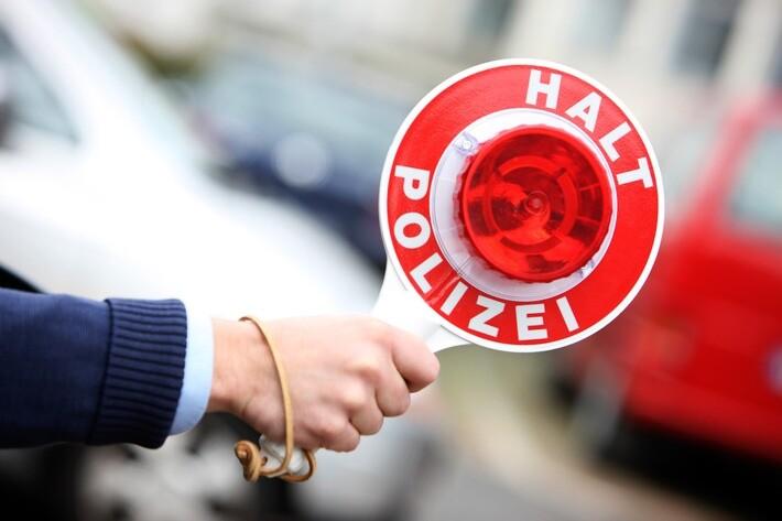 Ein Polizist gibt ein Anhaltesignal. Foto: Polizei/symbolbild