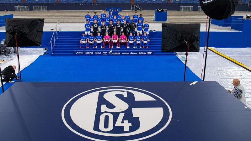 Beim Mannschaftsfototermin steht die Mannschaft des FC Schalke auf einer Treppe Foto: Guido Kirchner/dpa