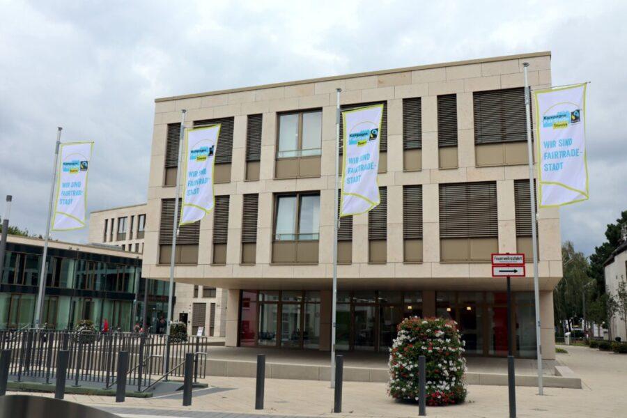 Fair-Trade-Flaggen wehen vor dem Rathaus. Foto: Stadt Ratingen