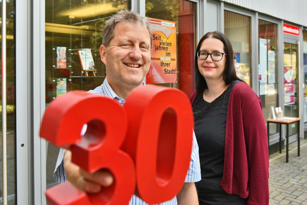 Andreas Adelberger und Sabine Klischat-Tilly sind das Team der Beratungsstelle in Velbert der Verbraucherzentrale NRW. Foto: Verbraucherzentrale/Mathias Kehren