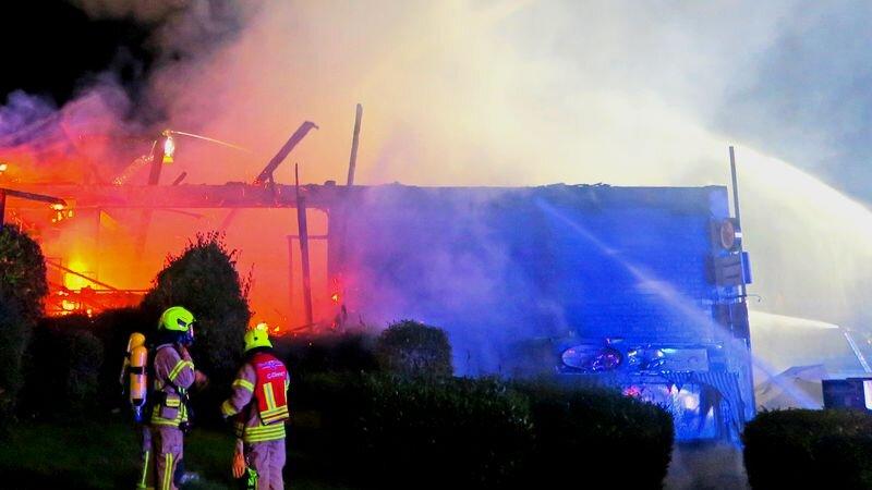 Die Feuerwehr vor Ort in Homberg bei der Brandbekämpfung. Foto: Polizei