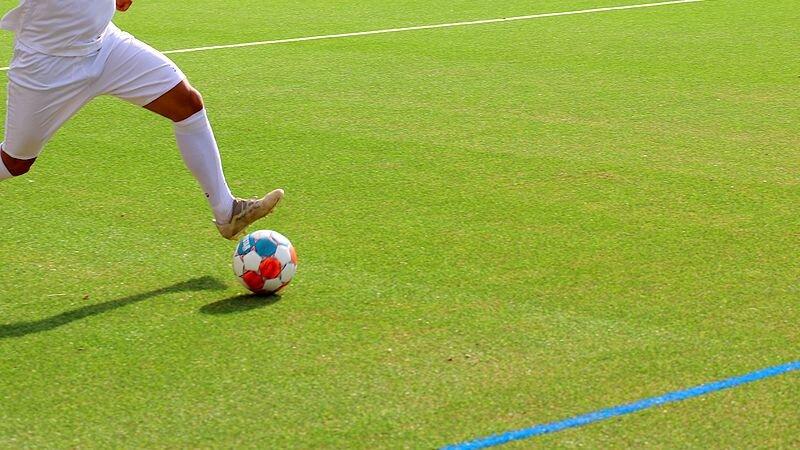 Ein Spieler auf dem Platz am Ball. Foto: Volkmann/symbolbild