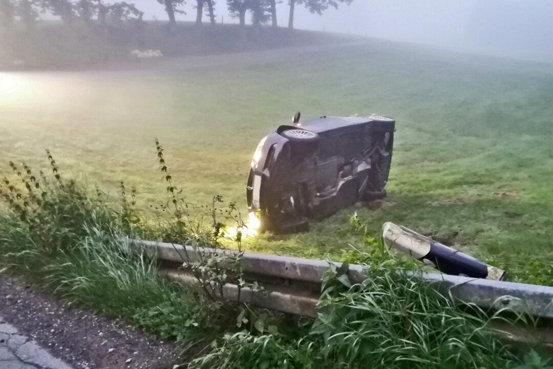 Der junge Fahrer ist bei Nebel in einer Kurve von der Windrather Straße in Velbert-Neviges abgekommen. Sein Fahrzeug wurde von der Leitplanke regelrecht in die Luft katapultiert und blieb auf dem Dach liegen. Foto: Polizei