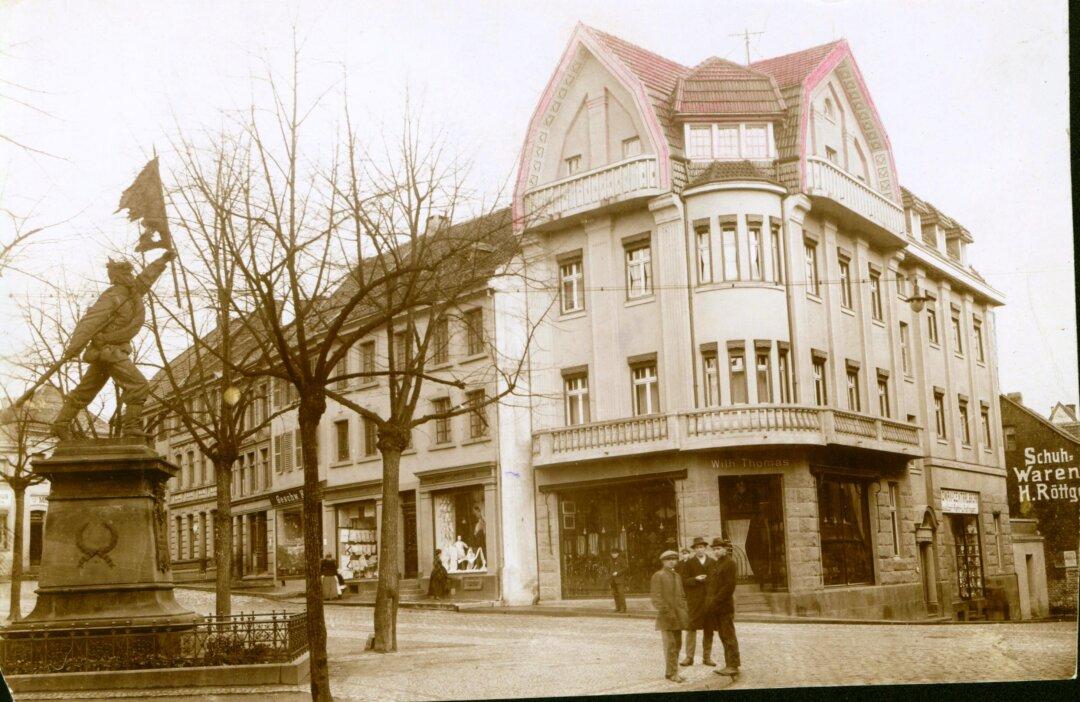 """Blick auf das Geschäftshaus von Wilhelm Thomas, um 1914. In dem Eckhaus befand sich seit 1912 auch das Haushaltswarengeschäft """"Nowack´s Zentral Bazar"""" der Familie Kahn/Levison. Der Eingang zum Geschäft befand sich auf der Bechemer Straße. Die Familie Levison (Norbert, Erna und ihr Kind Ulla) wurde Opfer des Holocaust. 2014 wurden an der Bechemer Straße 2, dem ehemaligen Wohnort der Familie, Stolpersteine für sie verlegt. Das """"Damenputzgeschäft"""" der Geschwister Kann ist auf dem Foto im Hintergrund ebenfalls zu erkennen. Foto: Stadt Ratingen"""