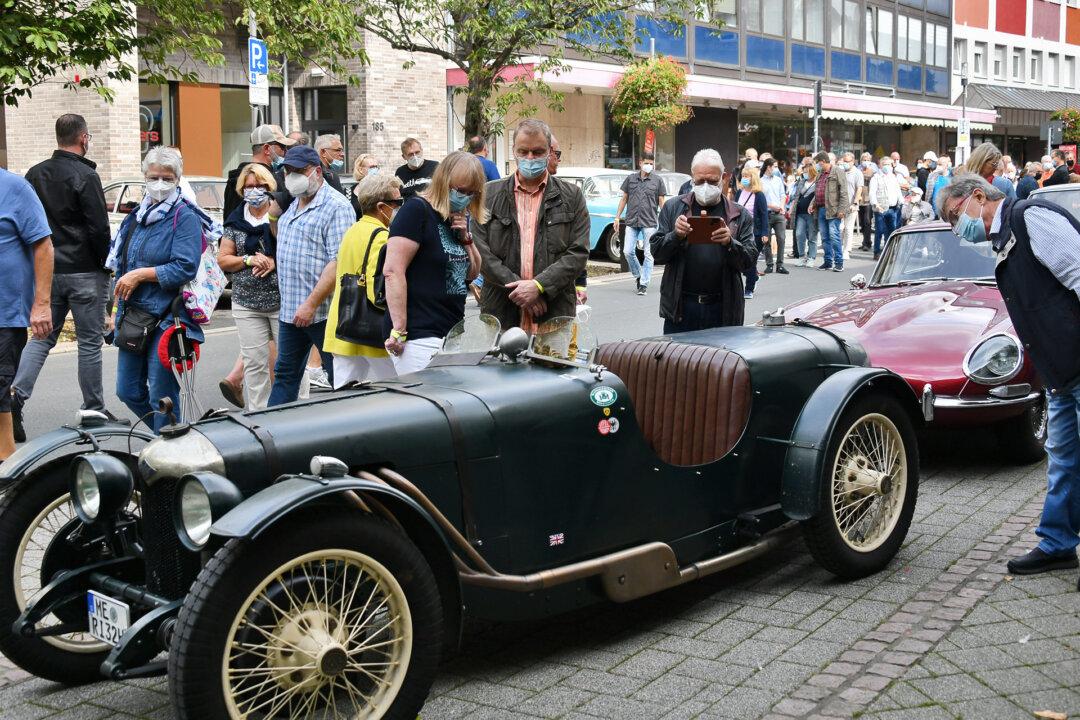 In Heiligenhaus treffen sich heute die Oltimerfans, hier im Bild vor einem Riley Baujahr 1932. Wer shoppen möchte, kann noch bis 18 Uhr durch die Läden schlendern. Foto: Mathias Kehren