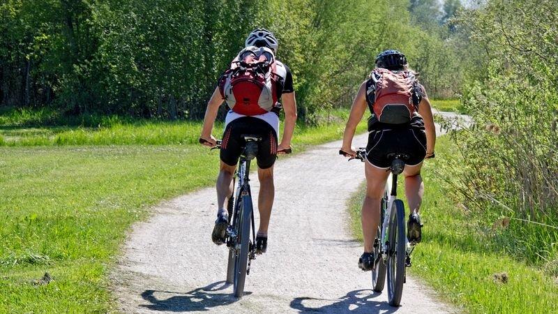 Zwei Radfahrer sind mit ihren Mountainbikes unterwegs. Foto: pixabay/symbolbild