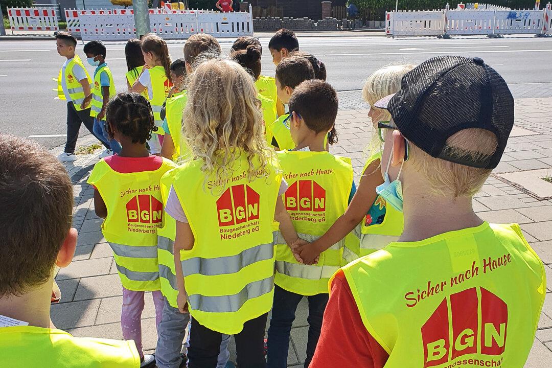 Warnwesten sorgen für bessere Erkennbarkeit und damit mehr Sicherheit für Kinder im Straßenverkehr. Foto: privat