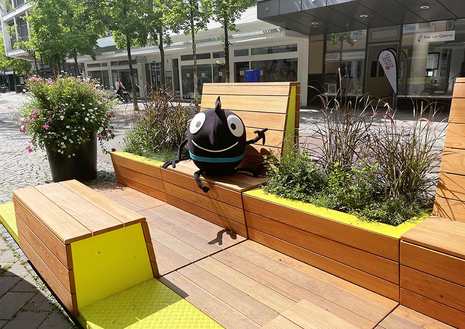 """Das EMW-Maskottchen Edgar macht u.a. halt in Dortmund und besucht die vom Zukunftsnetz Mobilität NRW zur Verfügung gestellten """"Stadt-Terrassen"""". Foto: VRR"""