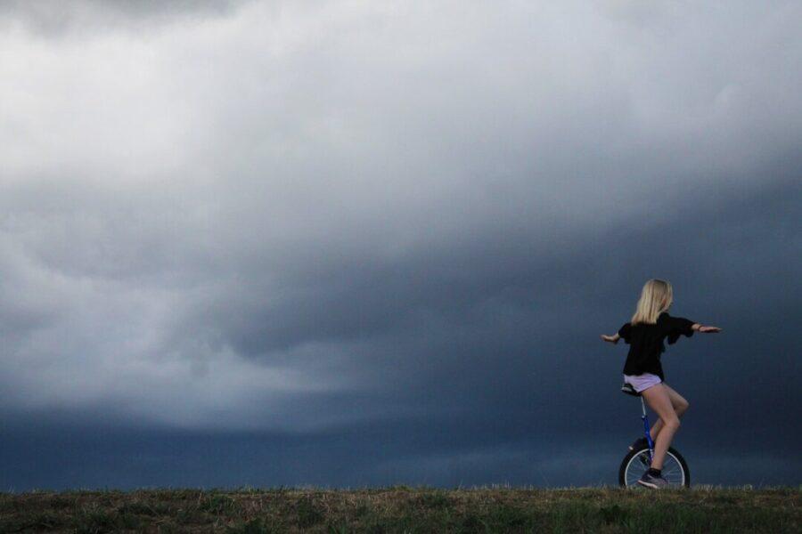 Ein Mädchen fährt auf einem Einrad. Foto: pixabay/symbolbild